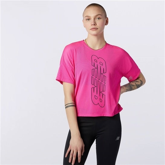 (NB公式)【ログイン購入で最大8%ポイント還元】 ウイメンズ Achiever キーホールバック グラフィック Tシャツ (ピンク) トレーニング スポーツウェア / トップス ニューバランス newbalance